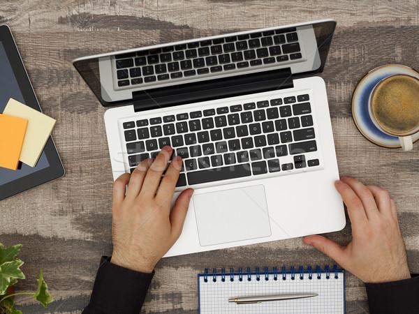Trabalhando laptop diretamente acima ver homem Foto stock © goir