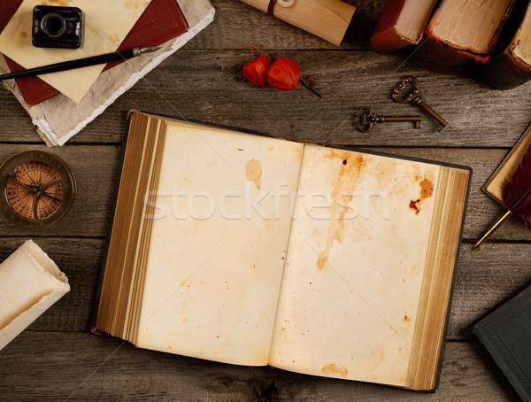 Photo stock: Antique · livre · ouvrir · table · papier · éducation