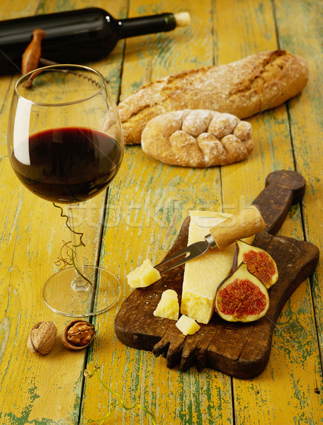 Borkóstolás diók kenyér bor sajt vágódeszka Stock fotó © goir