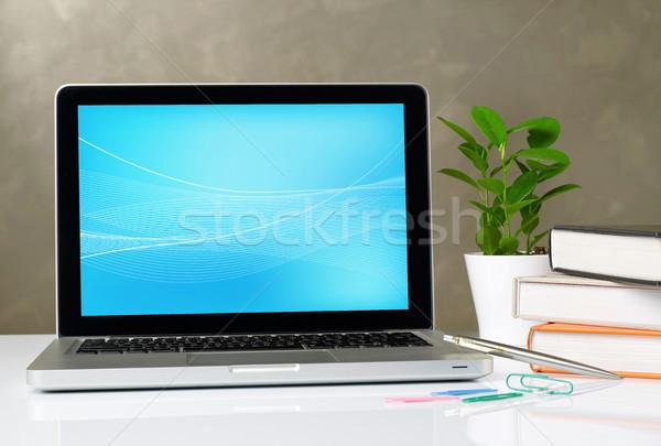 Laptop asztal irodaszerek üzlet csésze modern Stock fotó © goir