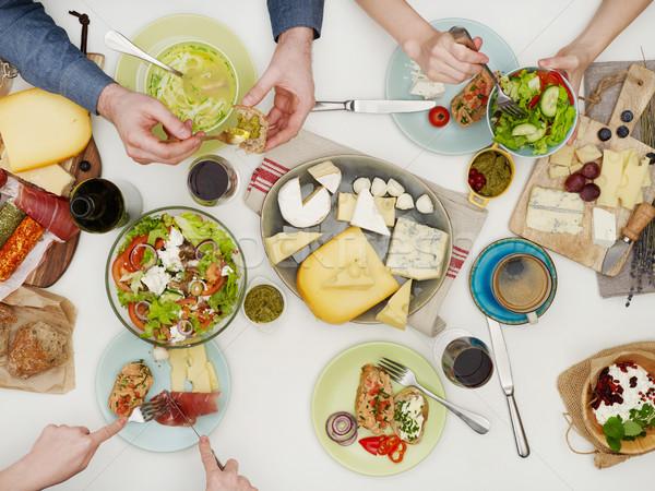 Widok z góry znajomych obiedzie tabeli ludzi jedzenie Zdjęcia stock © goir