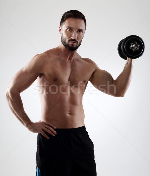 Opleiding gespierd man gewichten geïsoleerd grijs Stockfoto © goir