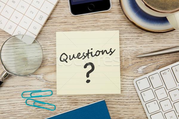 Questions adhésif note un message bureau bureau Photo stock © goir