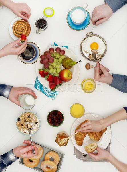 Au-dessus vue personnes manger déjeuner famille Photo stock © goir