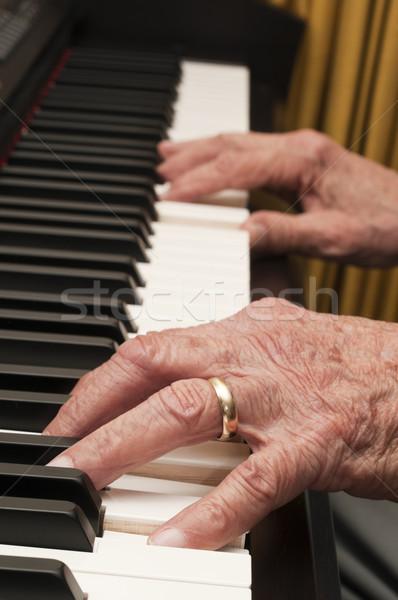 старые рук фортепиано избирательный подход играет стороны Сток-фото © Gordo25
