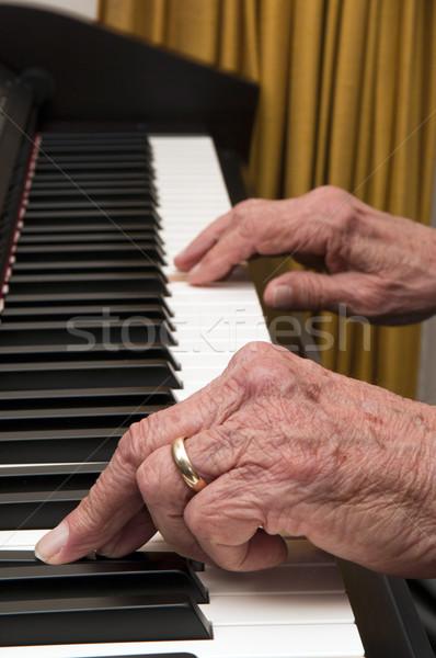 Mãos piano foco velho jogar mão Foto stock © Gordo25