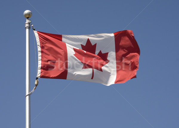 Canadese vlag horizontaal foto vliegen blauwe hemel teken Stockfoto © Gordo25