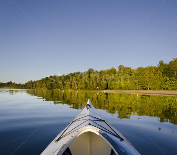 Kajak nyugalmas tó tükröződés tengerpart erdő Stock fotó © Gordo25