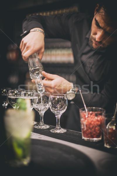 Barman travaux main verre bar nuit Photo stock © grafvision