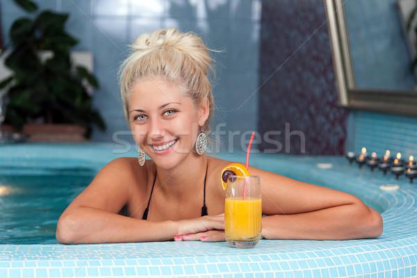 Jovem bela mulher jacuzzi vitamina bebidas Foto stock © grafvision