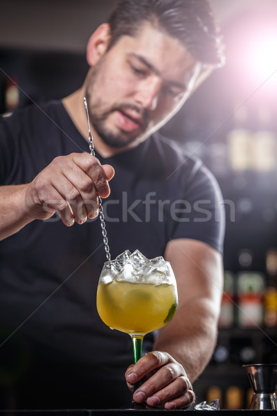 Barman cóctel cócteles bar contra restaurante Foto stock © grafvision
