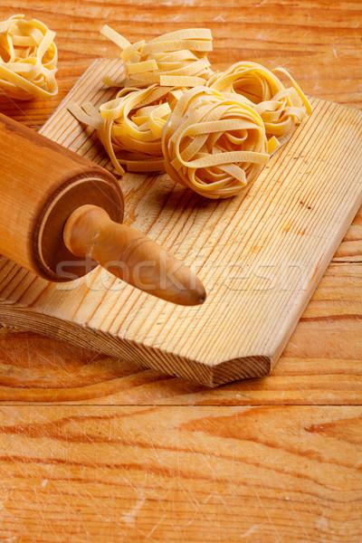 Vers eigengemaakt tagliatelle oude houten deegrol Stockfoto © grafvision