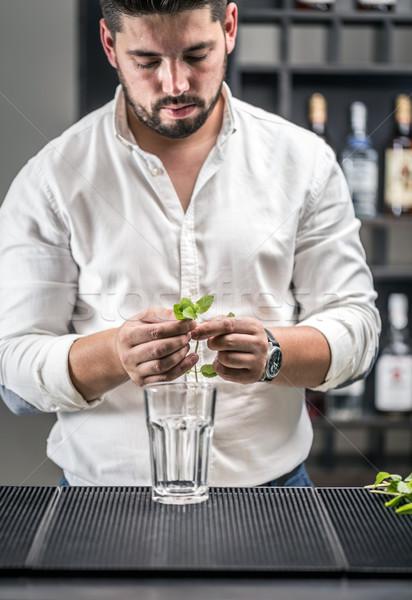 Barman mojito cóctel restaurante bar Foto stock © grafvision