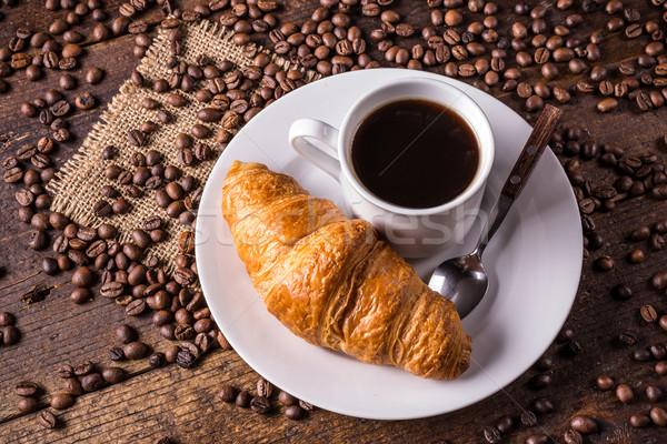 Koffie croissant koffiebonen houten voedsel achtergrond Stockfoto © grafvision