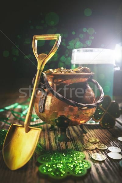 Pot or pelle bière fond trèfle Photo stock © grafvision