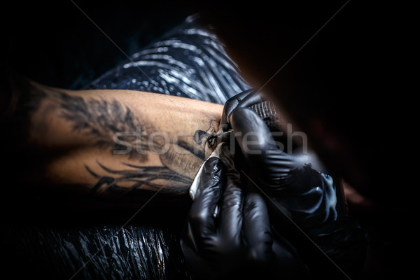 Tattoo kunstenaar afbeelding man arm Stockfoto © grafvision