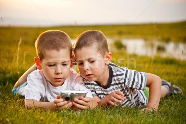 Dos hermano pradera toma sonrisa hierba Foto stock © grafvision