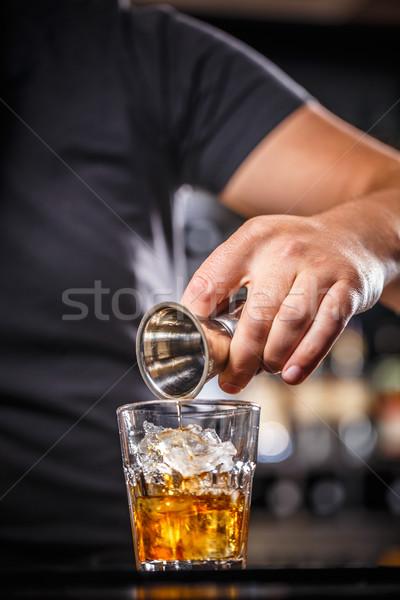 Barkeeper Gießen Alkohol Glas Eis Stock foto © grafvision