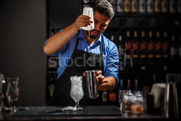 Barmen shaker kokteyl bar adam içmek Stok fotoğraf © grafvision