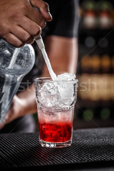 Barman sosa agua frambuesa cóctel Foto stock © grafvision