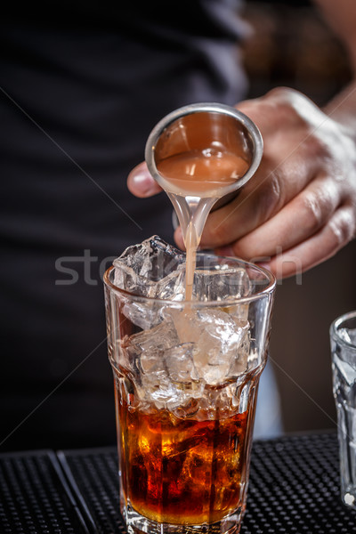 Barman alkoholu szkła lodu Zdjęcia stock © grafvision
