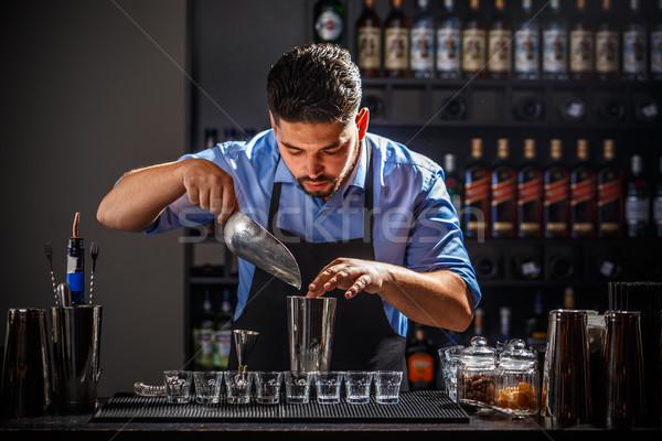 Barman trabalhando especialista coquetel boate Foto stock © grafvision