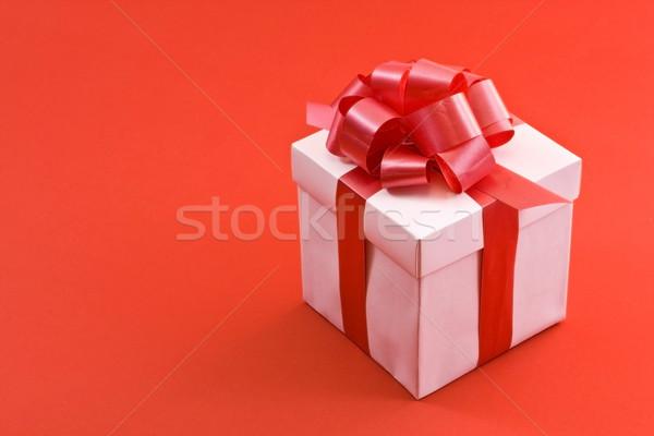 Fehér ajándék doboz piros szatén szalag íj Stock fotó © grafvision