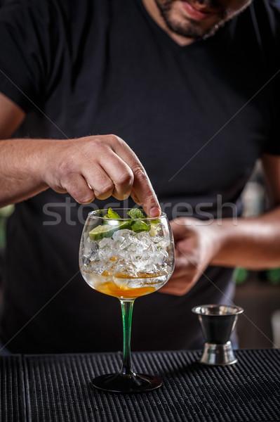 バーテンダー カクテル ミント 葉 ガラス レストラン ストックフォト © grafvision