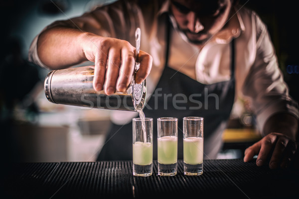 Barman vers cocktail kort glas Stockfoto © grafvision