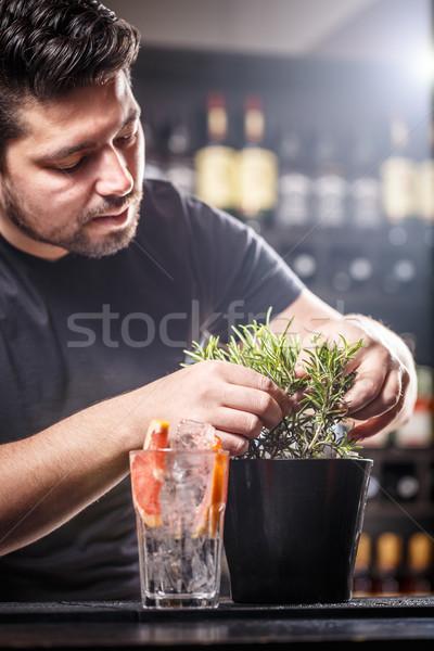 Barmen kokteyl taze biberiye dal içmek Stok fotoğraf © grafvision