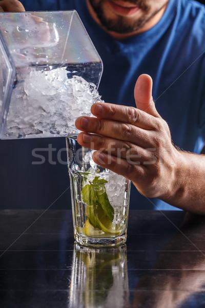 Barkeeper defekt Eis Glas Party bar Stock foto © grafvision
