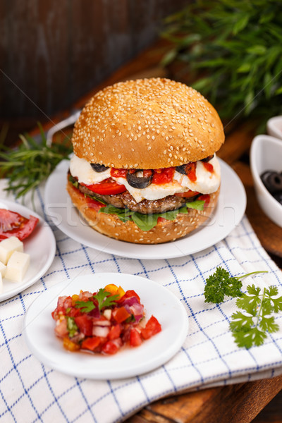 Delicioso casero hamburguesa con queso servido pan rodar Foto stock © grafvision