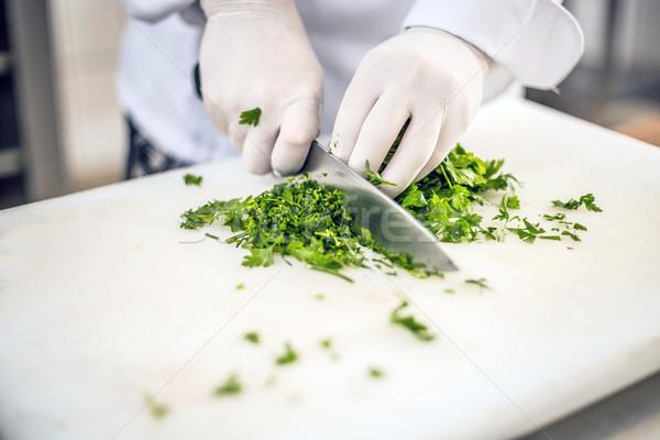 Kezek vág petrezselyem fehér vágódeszka konyha Stock fotó © grafvision