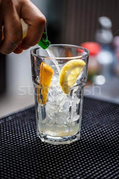 Csapos áramló üdítő víz férfi üveg Stock fotó © grafvision