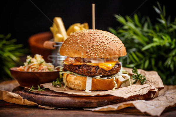 Cheeseburger Kohl serviert golden Brot Stock foto © grafvision