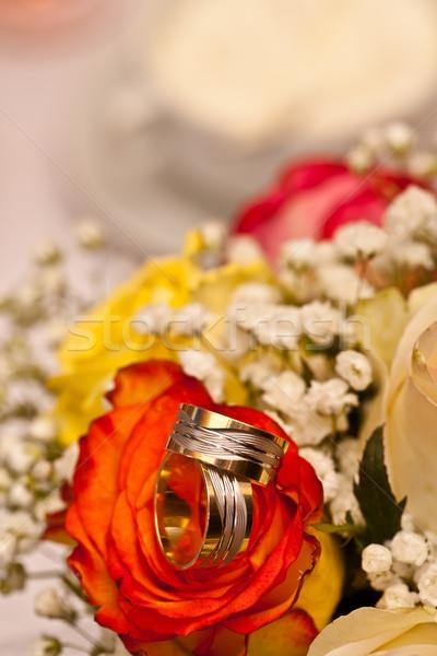Jegygyűrűk rózsák esküvő szeretet pár arany Stock fotó © grafvision