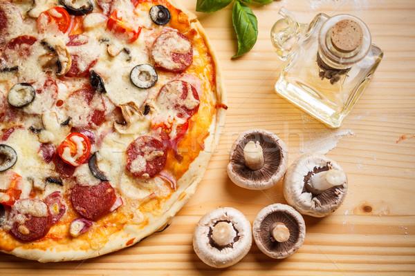 Ganze gebacken Pizza Holzbrett Käse Abendessen Stock foto © grafvision