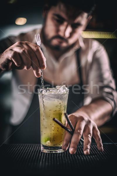Barkeeper Cocktail bar counter Mann Glas Stock foto © grafvision