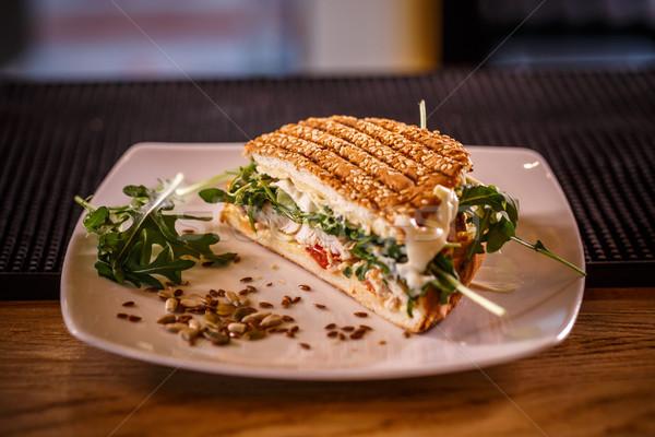 ızgara tavuk sandviç tohumları hizmet restoran tablo Stok fotoğraf © grafvision