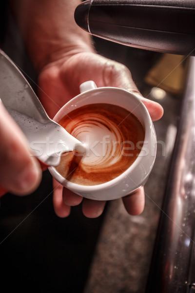 Barista koffie kunst melk hand Stockfoto © grafvision