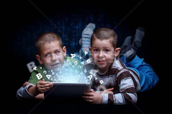 Online oktatás fiúk digitális tabletta számítógép technológia Stock fotó © grafvision