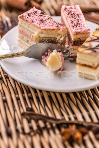 Wenig rechteckige Kuchen farbenreich weiß Platte Stock foto © grafvision