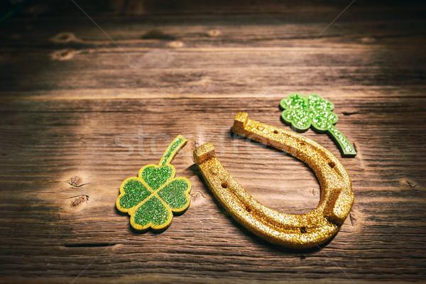 Patkó lóhere levél fából készült háttér arany Stock fotó © grafvision