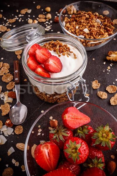 Knapperig müsli yoghurt vers aardbeien Stockfoto © grafvision