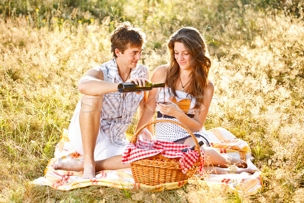 пару парка привлекательный влюбленный трава вино Сток-фото © grafvision