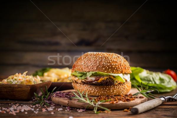 Burger sésamo bollo suculento carne de vacuno restaurante Foto stock © grafvision