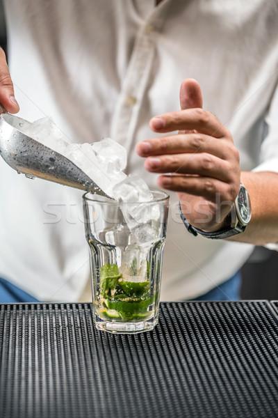 Mojito cocktail barista cubetto di ghiaccio vetro Foto d'archivio © grafvision