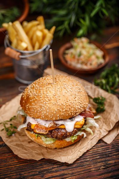 Delicioso hamburguesa con queso papel servido dorado pan Foto stock © grafvision