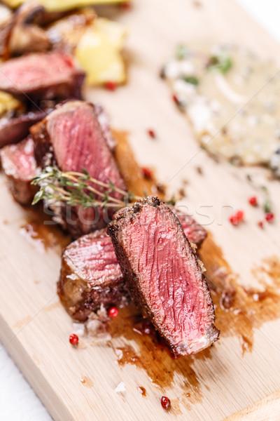 Jugoso filete raro carne de vacuno servido Foto stock © grafvision