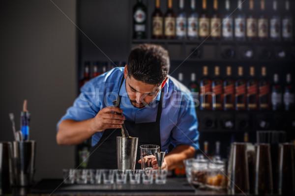 бармен алкогольные напитки ресторан Бар вечеринка стекла Сток-фото © grafvision